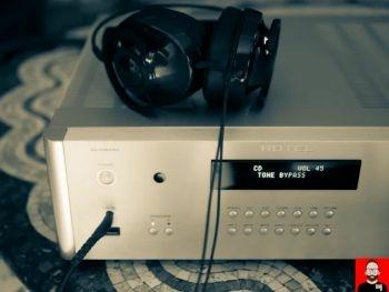 RA-1592 fejhallgatóval